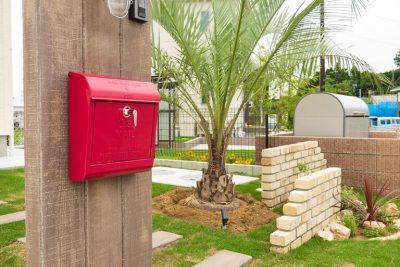 千葉県多古町 赤いポストが映える南国風デザイン