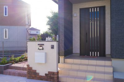 千葉県四街道市 【乱貼りのアプローチが駐車スペースにも活用できるアイデア外構】